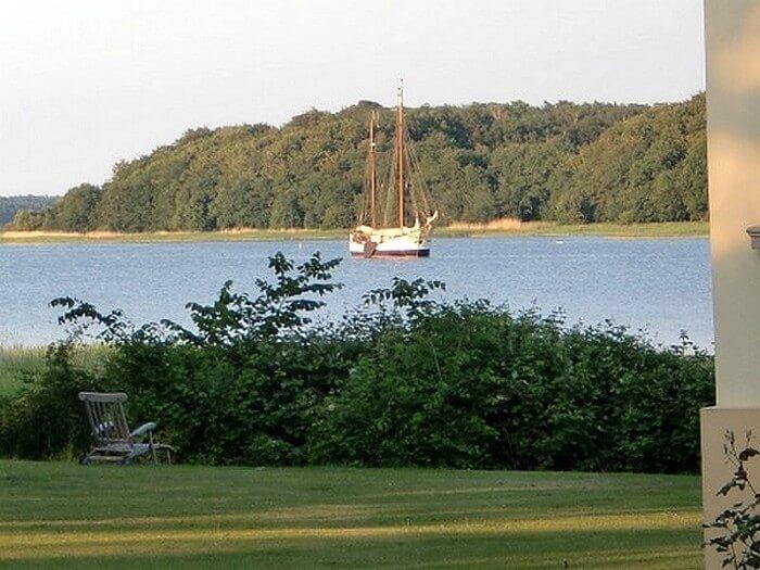 Der Ausblick der Ferienwohnungen auf Rügen Schiffsbesuch in Grubnow, Nordwest Rügen