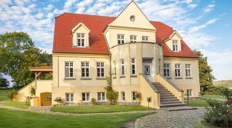 Frontansicht des Gut Grubnow auf Rügen
