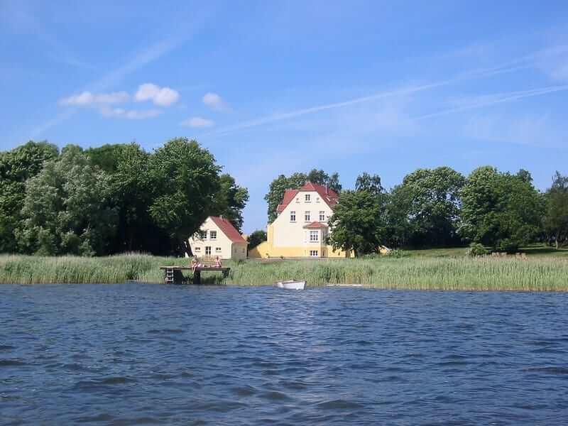 Ansicht des Gutshauses und der Anlage vom Wasser